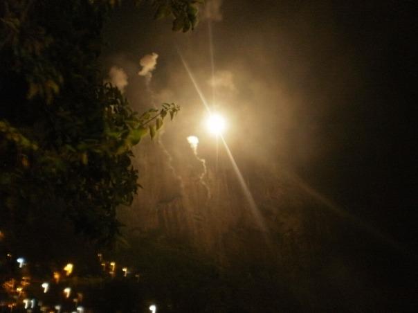 fuochi d'artificio nella favela Rocinha, nella nottata di Sao Jorge, San Giorgio #finestrasullafavela
