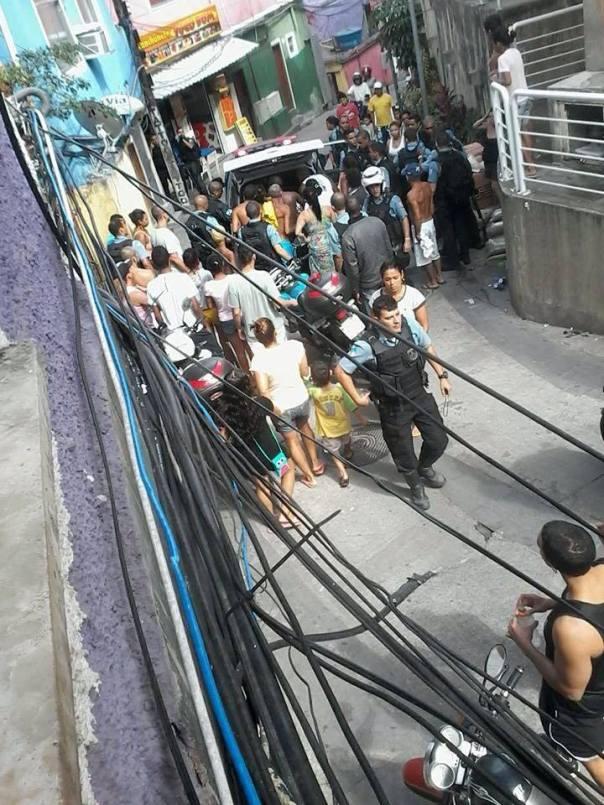 rapaz baleado sendo posto na viatura na rocinha violenza favelas