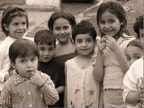 Il racconto di tre piccole Rom al Ponte Lambro (immagine opera di sconosciuto)