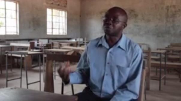 Un insegnante di scuola (dal video di Unicef che trovate sotto)