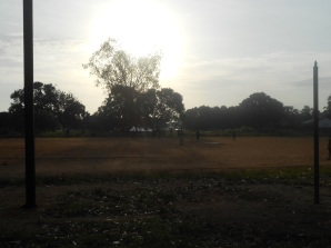 Appuntamento la mattina presto al campo sulla Teko road, a Makeni
