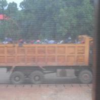 Lavoratori che la mattina presto partono per raggiungere il cantiere