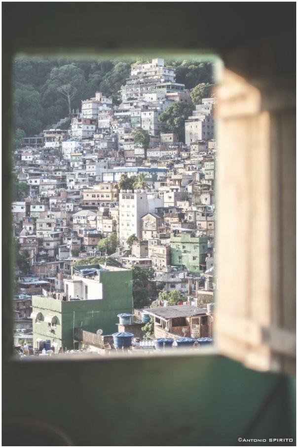 """""""Finestra sulla favela - Racconti e immagini dalla Rocinha di Rio"""" http://www.amazon.it/dp/B017ET69F4"""
