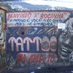 Quando arrivai in favela Rocinha, qualche anno fa, c'era questo murales presso una delle sue vie di accesso principali, all'inizio del camelodromo, il mercato popolare di favela, e questo murales ti avvisava: Benvenuto a Rocinha! Il pericolo è che non vorrai andartene più via. https://finestrasullafavela.wordpress.com/ #finestrasullafavela