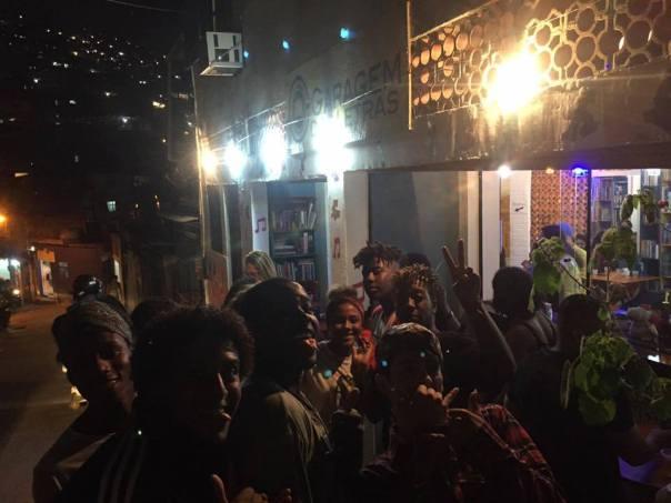 Nel frattempo in favela Rocinha - Garagem das letras (1)